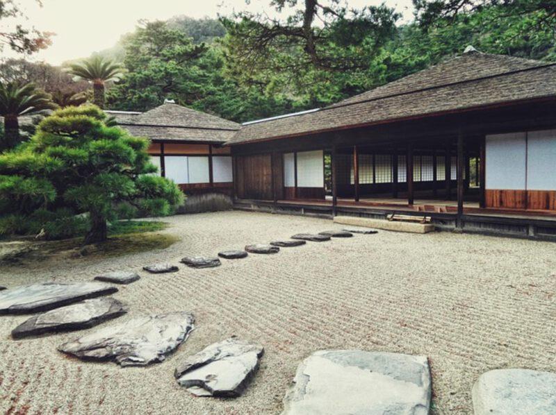 Ogród z przodu domu