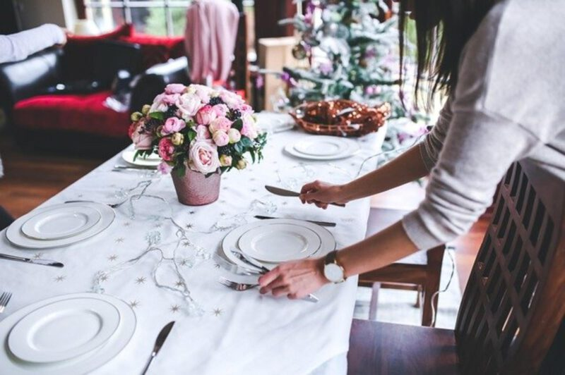 Kwiaty – dekoracja stołu w jadalni