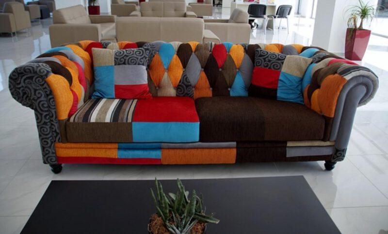 Kolorowe kanapy we wnętrzu – modne?