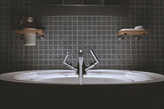 Efektowna i modna mozaika szklana gwarantem udanej stylizacji każdej łazienki